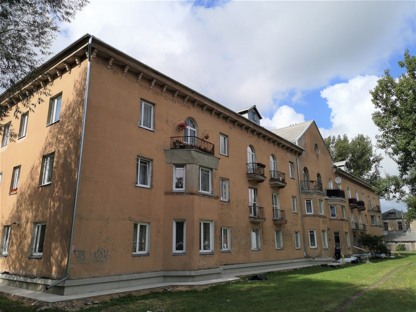 (Latviešu) Pārdod plašu 2-istabu dzīvokli Staļina laika mājā Laumas rajonā. ID:329