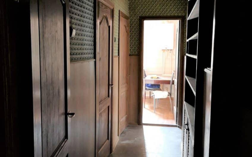 Pārdod plašu 2-istabu dzīvokli Staļina laika mājā Laumas rajonā. ID:329