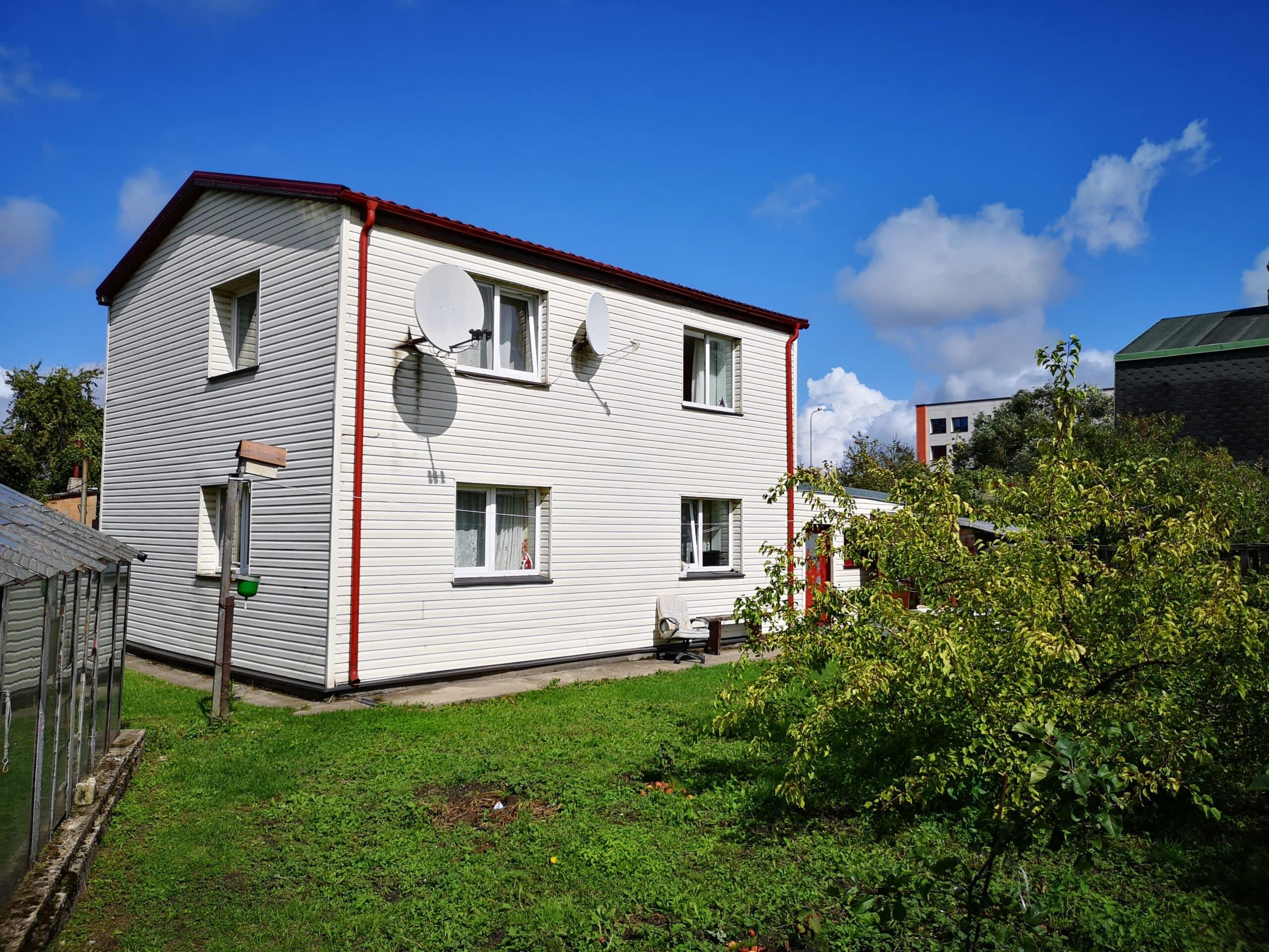 (Latviešu) Pārdod divstāvu māju ar zemi Laumas rajonā, Liepājā. ID: 339